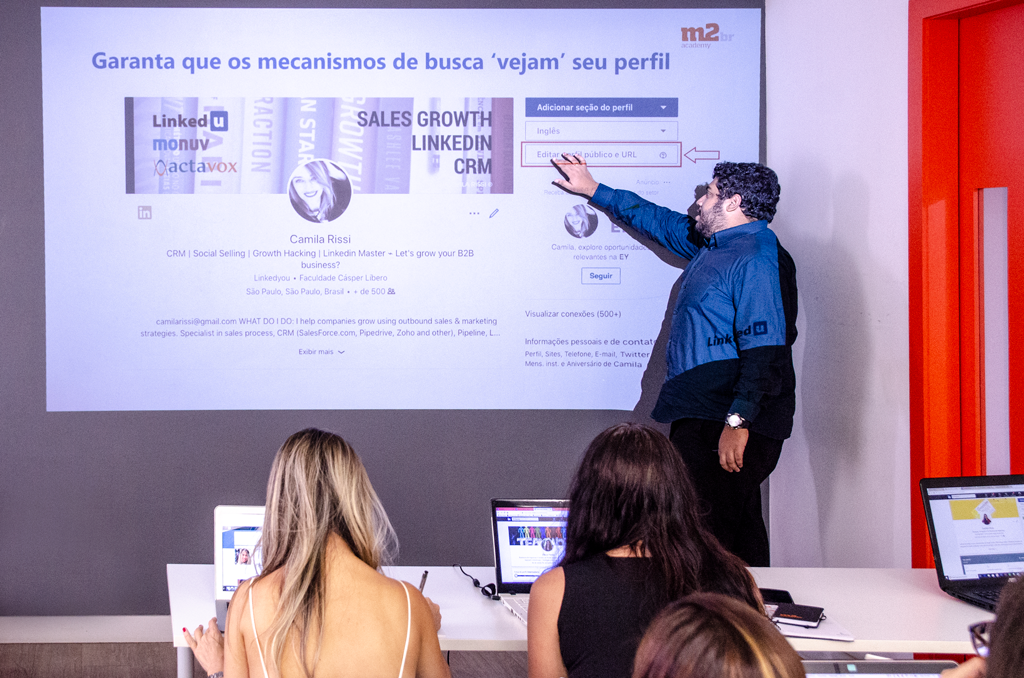 Edu Costa ministrando o Workshop de LinkedIn na M2BR Academy
