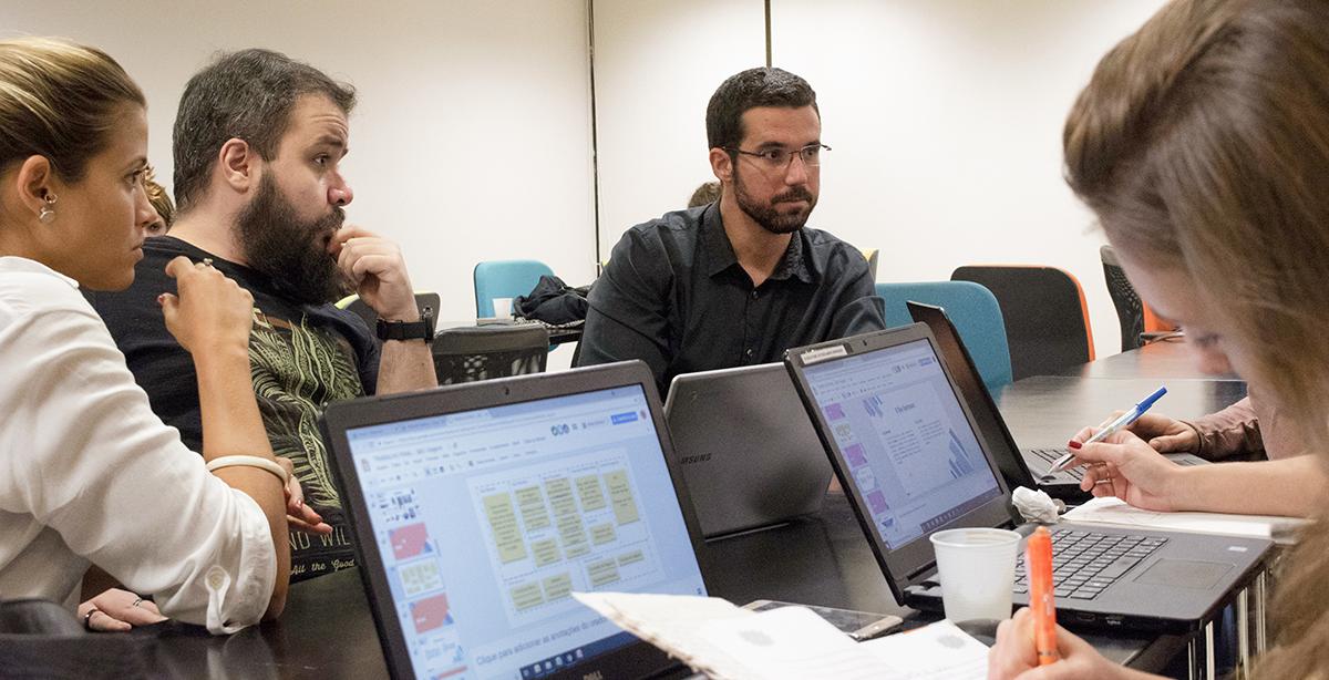 Alunos da turma de Estratégia de Marketing Digital conversam com Ricardo Marsili (ao centro).